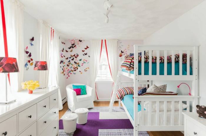 chambre blanche, commode blanche, tapis blanc et lilas, lits mezzanines, duvets bleus, lampes abat-jour