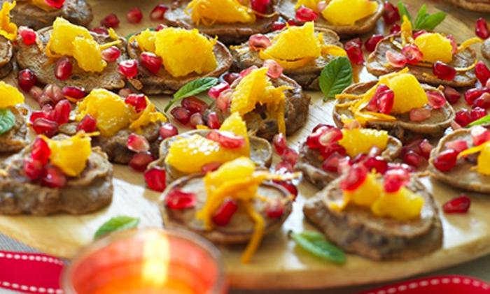 tartines aux fruits, graines de grenade, morceaux de pamplemousse, apéritifs de noel aux couleurs festives