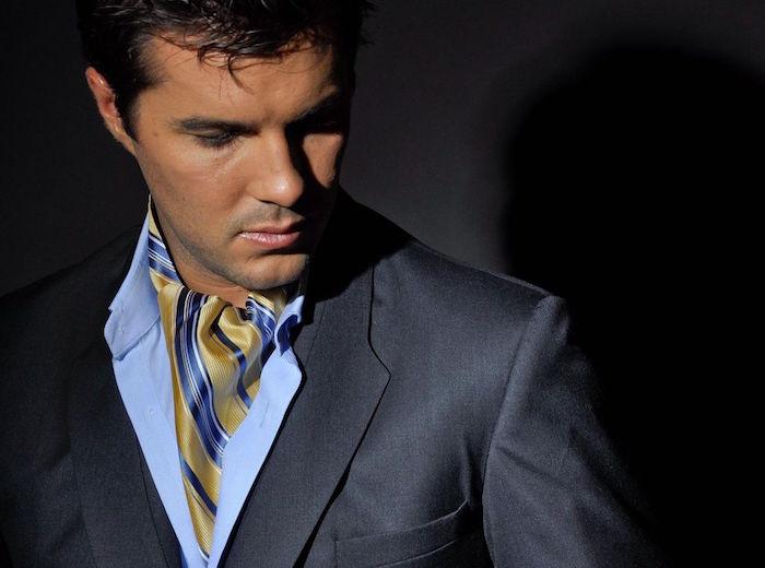 photo de modele de cravate ascot ou lavallière or et bleu sur chemise claire et costume gris