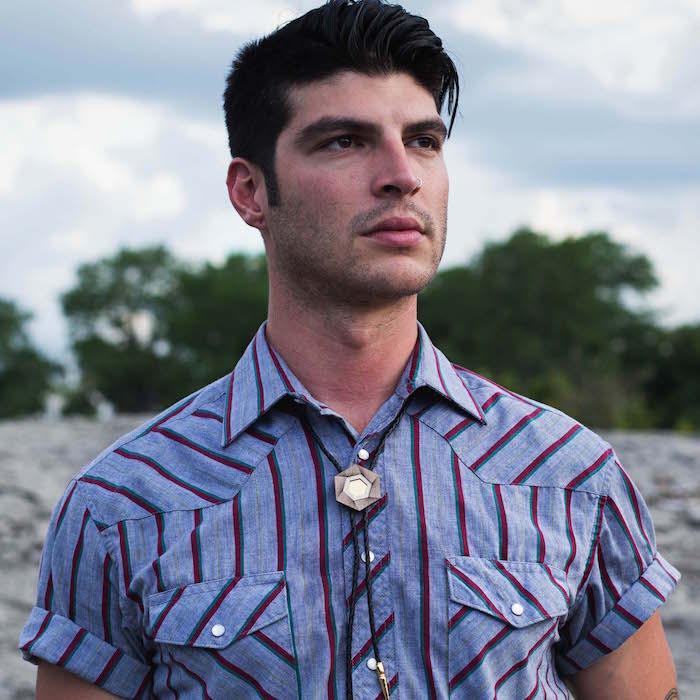 homme avec cravate bolo ou collier texan avec bijou homme et chemise manche courte bleue rayée