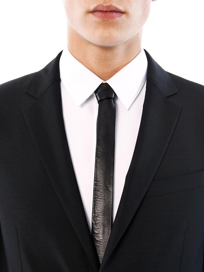photo de cravate en cuir slim noire sur costume saint laurent et chemise blanche