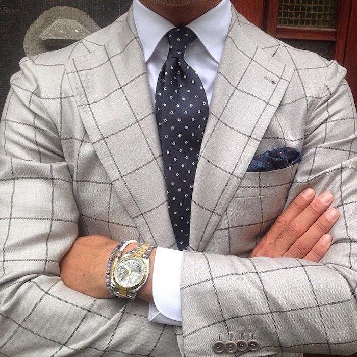 cravate soie bleu marine à points blancs avec noeud simple demi windsor et costume gris à carreaux