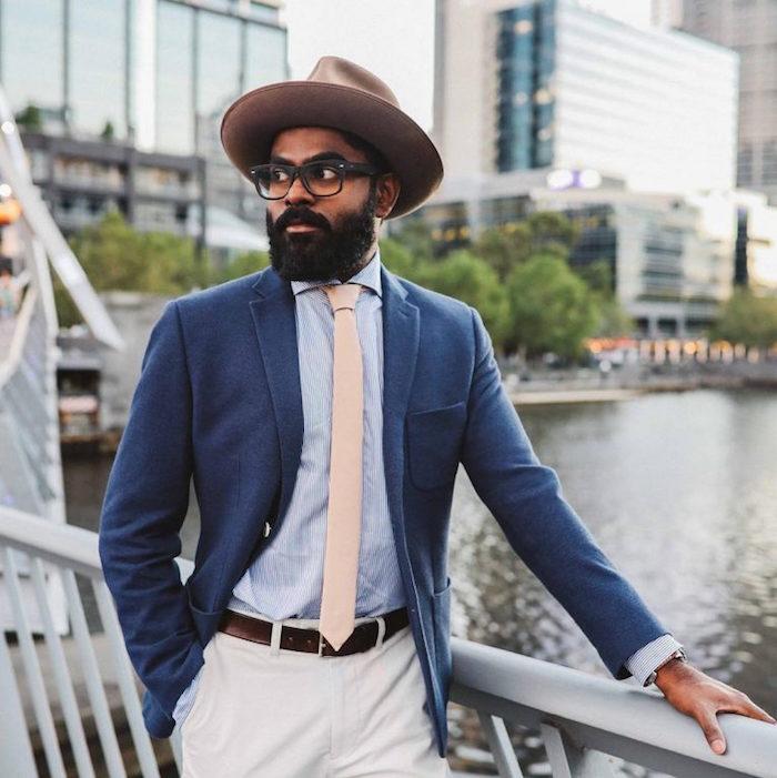 modele de cravate taille slim fine beige sur chemise bleu clair et pantalon chino blanc cassé