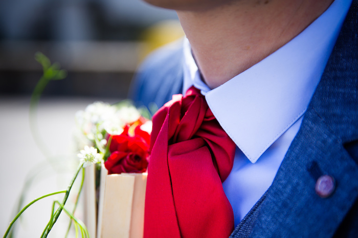 photo gros plan de cravate lavalliere ou ascot rouge sur costume bleu pour mariage homme