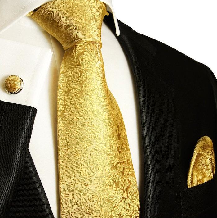 modele cravate en soie dorée et brodee noeud windsor assortie avec bouton de manchette et pochette avec smoking noir