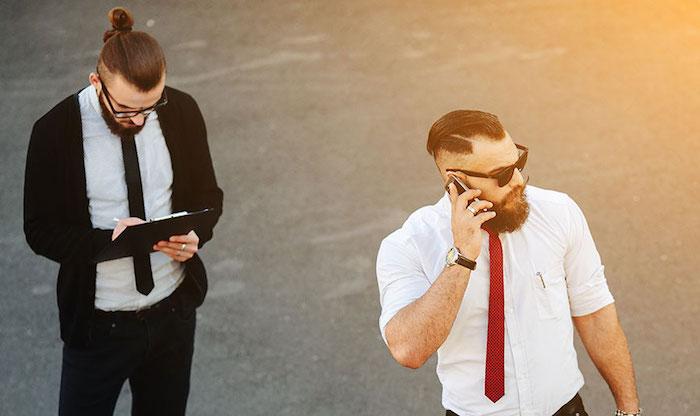 hipster hommes avec cravates fines slim sur chemise blanche avec coupe undercut et chignon man bun
