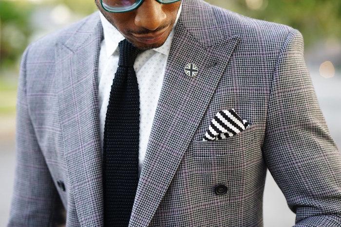 cravate tricot noire en grosses mailles avec noeud windsor sur chemise blanche et costume gris pied de poule