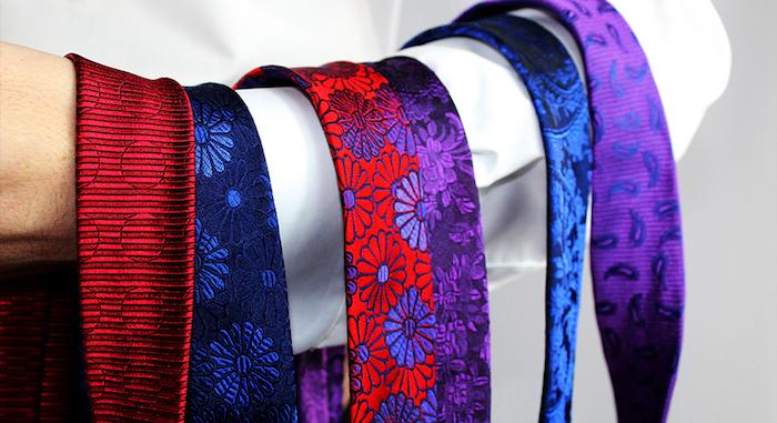 collection de cravates en soie avec broderie couleurs violet rouge à motifs