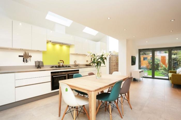 comment aménager une cuisine spacieuse ouverte, modèle de cuisine en longueur avec table à manger et fenêtres de plafond