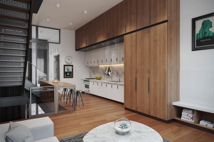 comment aménager une cuisine moderne avec crédence en marbre et meubles en bois foncé, modele de cuisine en longueur