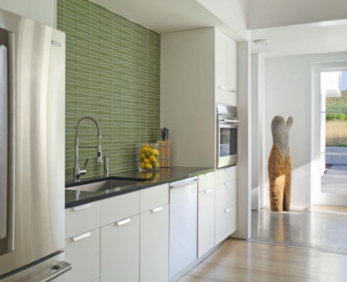 idée comment aménager une petite cuisine en longueur, exemple crédence cuisine originale à design graphique