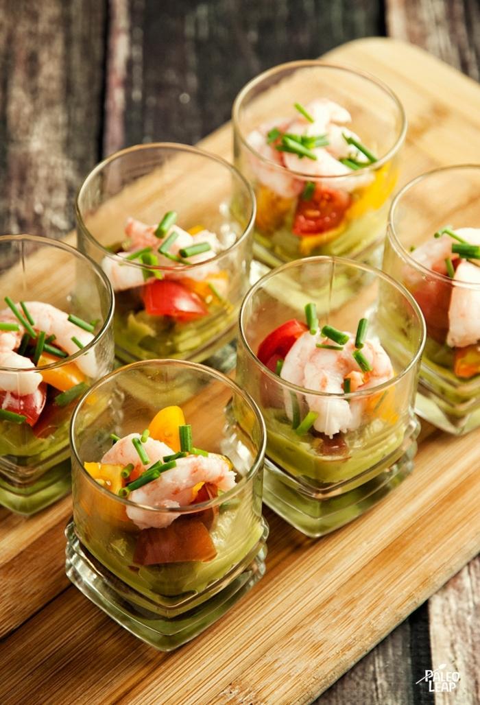 idée apéro dinatoire en verrines, crevettes et guacamole, légumes, épices et fruits