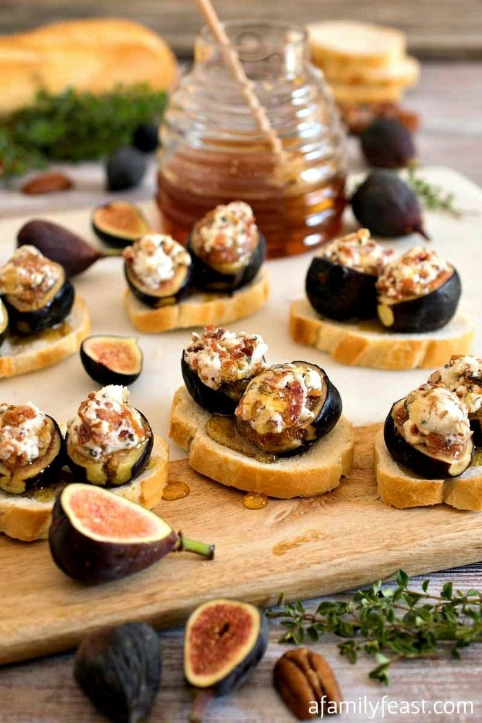 noix de pecans, figues découpées, sauce de miel à garnir, tranches de baguettes, fromage de chèvre