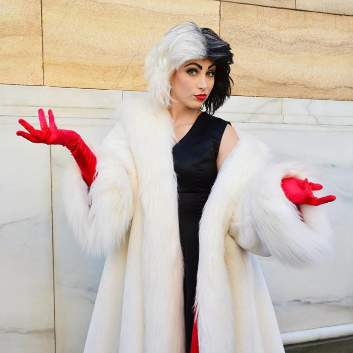 Cruella de Vil déguisement robe noire et gants rouges, cheveux blanc et noirs, thème de soirée original, soirée déguisée avec amis invités, le choix du theme decades