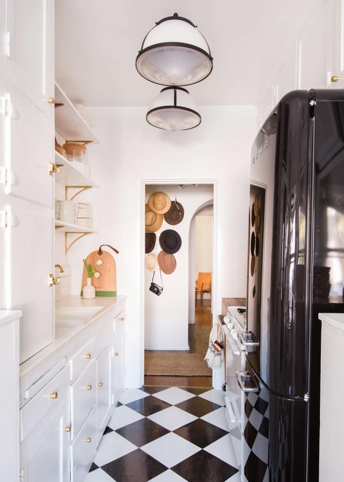 agencement petit cuisine face à face, déco de cuisine en parallèle avec carrelage blanc et noir, meuble rangement étagère murale