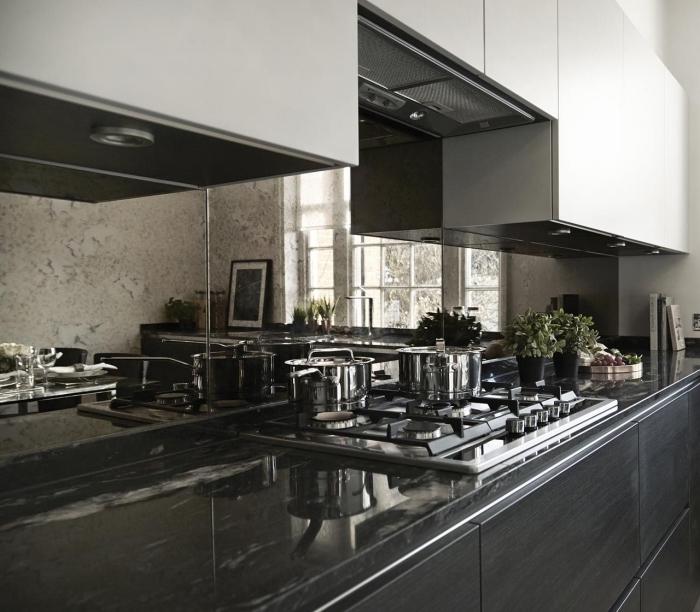 credence miroir dans une cuisine aménagée en longueur, choix comptoir élégant dans une cuisine en blanc et noir