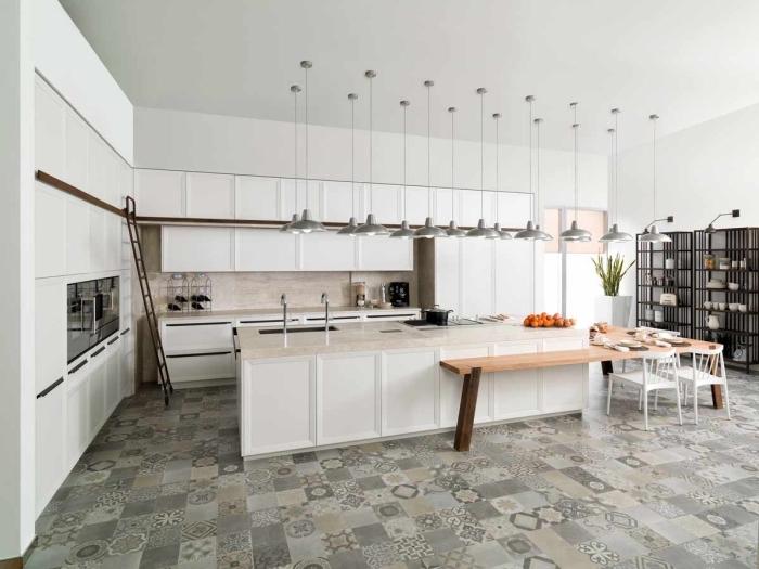 revêtement de sol cuisine en carreaux de ciment, modèle agencement cuisine moderne avec îlot central et lampes suspendues