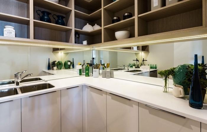 meuble rangement cuisine d'angle avec étagères en bois, exemple de credence miroir, idée éclairage sous meuble cuisine