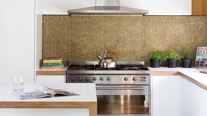 quelle credence cuisine tendance choisir, modèle de cuisine blanche avec accents bois et or, idée petite cuisine d'angle