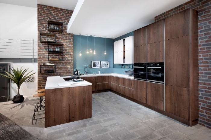 exemple design intérieur cuisine avec mur en couleur, modèle agencement cuisine en G, idée pan de mur briques rouges