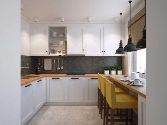 modele de cuisine blanche avec crédence en gris anthracite et chaises en couleur, cuisine aménagée pas cher