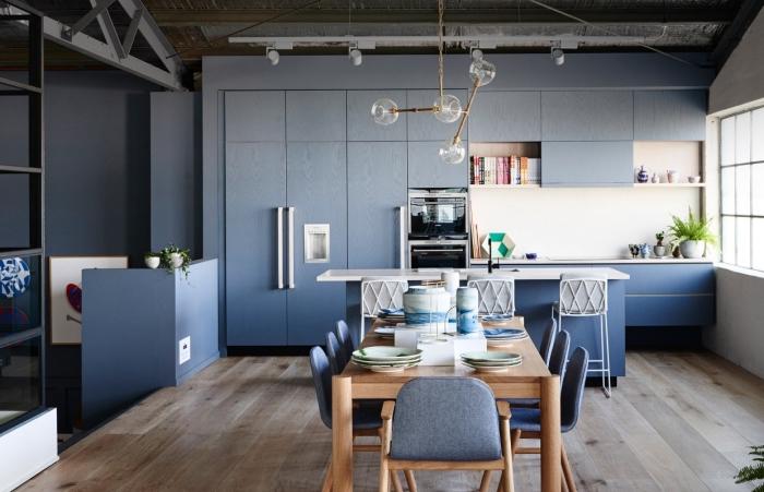 modèle de cuisine aménagée avec coin repas, agencement cuisine moderne avec îlot, peinture murale cuisine foncée avec crédence blanche