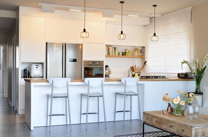 déco petite cuisine ouverte vers le salon en style moderne, exemple cuisine avec îlot en blanc et noir, revêtement mural en carrelage blanc