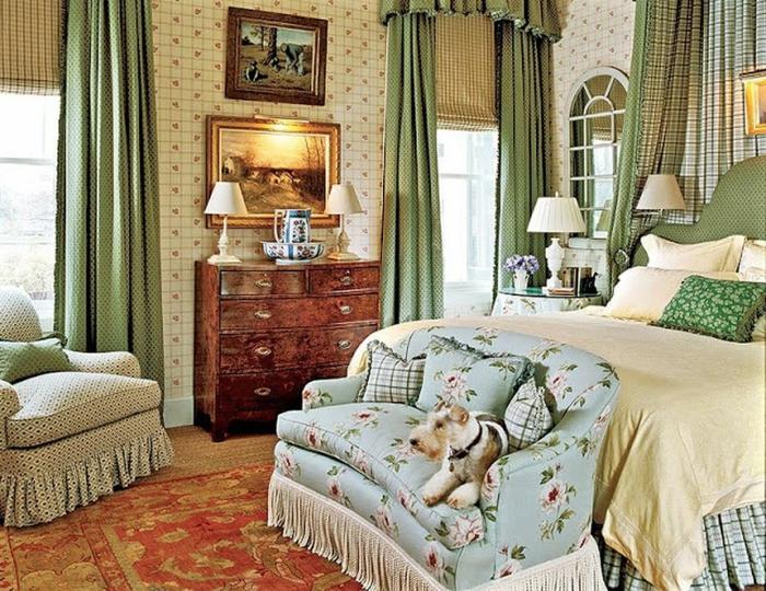 tapissiers de fauteuils frangés, tapis persan, commode en bois vintage, peintures encadrées, rideaux verts, miroir fenêtre