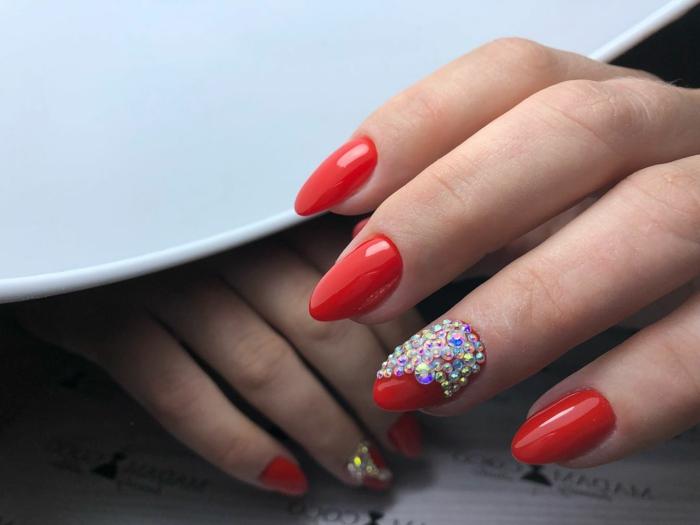 bijoux à ongles forme amande classique, vernis rouge, ongles mi longs, plateau blanc
