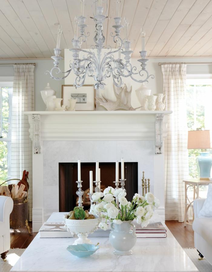 salle de séjour déco campagne esprit brocante, table rectangulaire, manteau de cheminée, plafonnier chandelier blanc, bougeoirs argentés