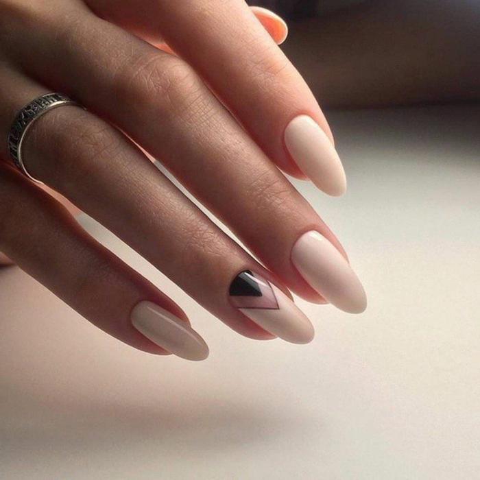 bague d'argent, ongles ovales, nail art graphique, manucure au scotch en blanc et crème