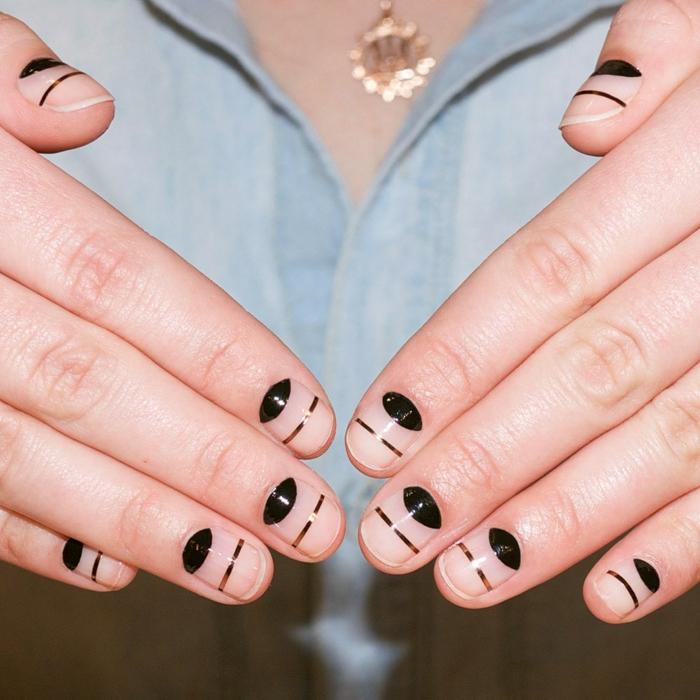 nail art géométrique, ongles décorés courts, manucure demi lune et bande adhésive