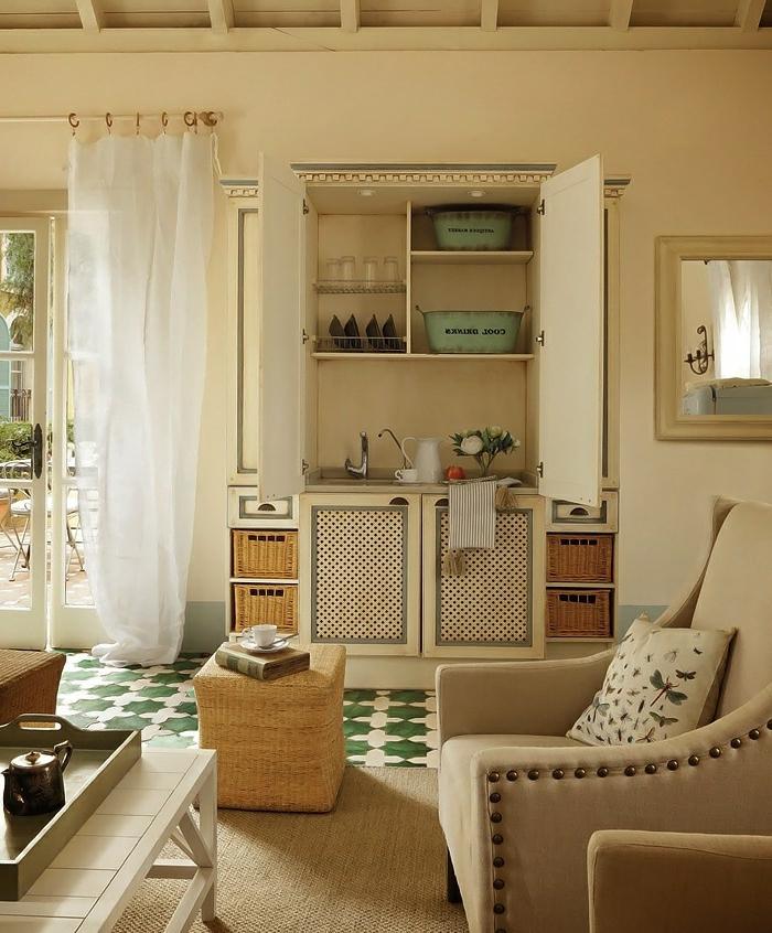 deco cuisine ancienne campagne, panier tressé avec rangement, meuble sous évier vintage, rideaux blancs transparents, miroir encadré