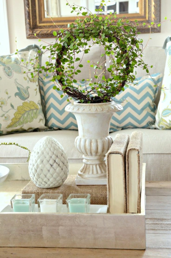 vase blanche avec couronne verte, objets déco en forme d'oeuf, petites bougies blanches et turquoises