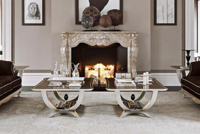 tables basses gris, tapis gris, cheminée avec manteau argenté, peintures encadrées, murs gris