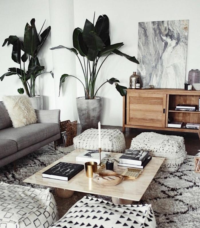 table basse bois, tabourets, buffet vintage, peinture monochrome, deux grandes plantes vertes