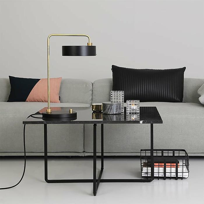 salle de séjour gris, table noire, lampe de table moderne, coussins déco, panier de rangement contemporain