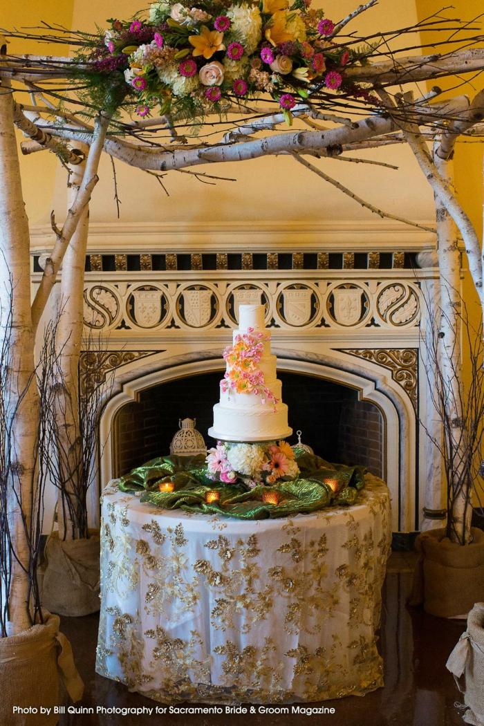 Les plus beaux gâteaux, beaux gateaux anniversaire simple et beau art culinaire, exposition gateau sur table avec drap doré sous un arc