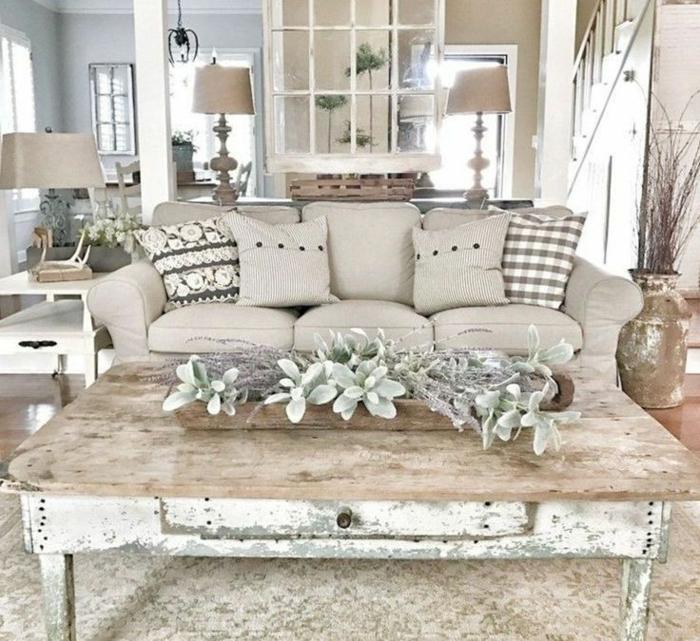 tapis persan, bureau en bois, déco florale vert menthe, coussins gris, grand vase effet vieilli
