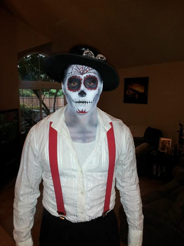 homme chemise blanche, tête de mort traditionnelle, toile d'araignée au front, maquillage coloré