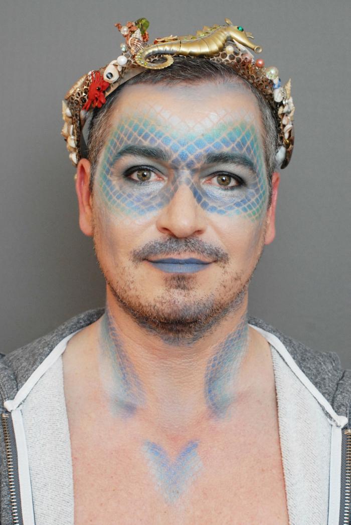 homme aux lèvres bleues, peinture visage à l'aérosol, diadème originale et colorée