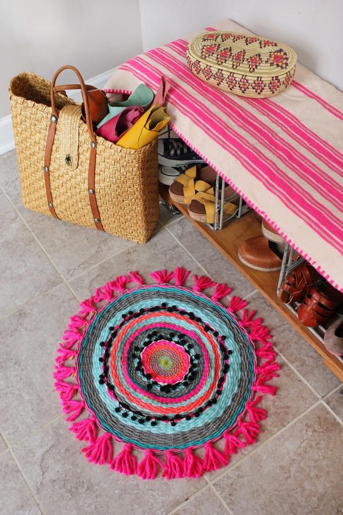 exemple de tapis rond diy en corde avec décoration en mini pompons et tassels, modèle de tapis style bohème ou hippie