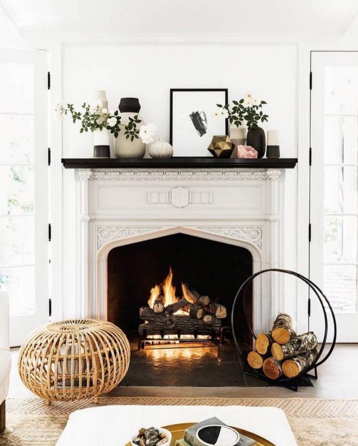 déco coin cheminée traditionnelle en noir et blanc, un rebord de cheminée déco aux petits objets en céramique