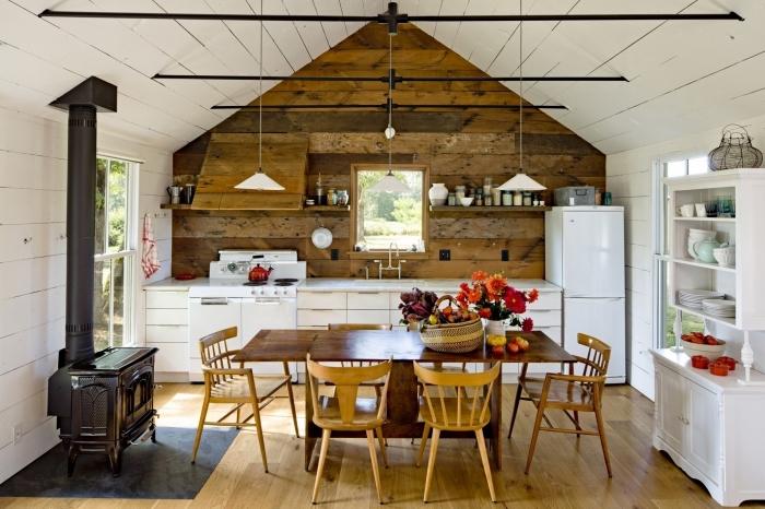 agencement cuisine en style rustique avec murs en bois blanc et crédence bois, revêtement des murs en lampris pvc ou bois brut