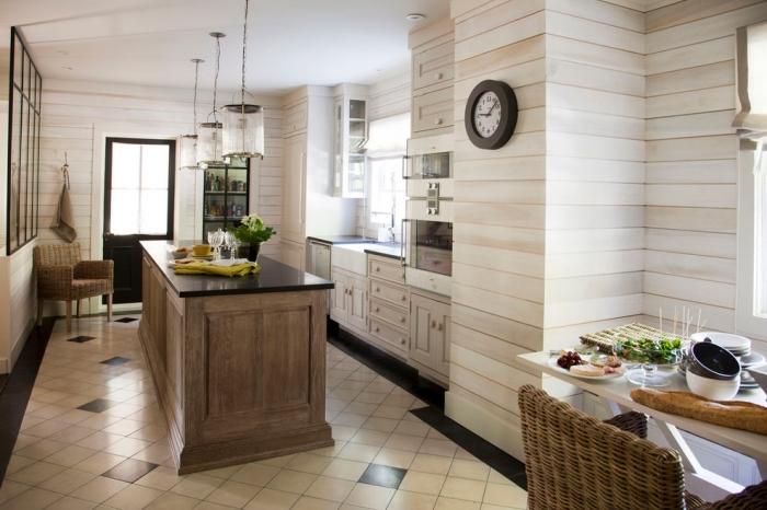 design intérieur de style rétro chic avec lambris mural clair, déco cuisine avec îlot, modèle carrelage de sol rétro chic