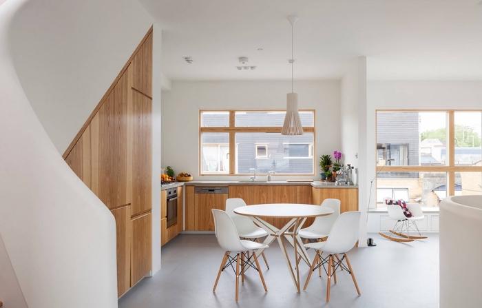 exemple de cuisine ouverte avec coin repas, modèle de cuisine en blanc et bois avec sol gris, idée cuisine en U