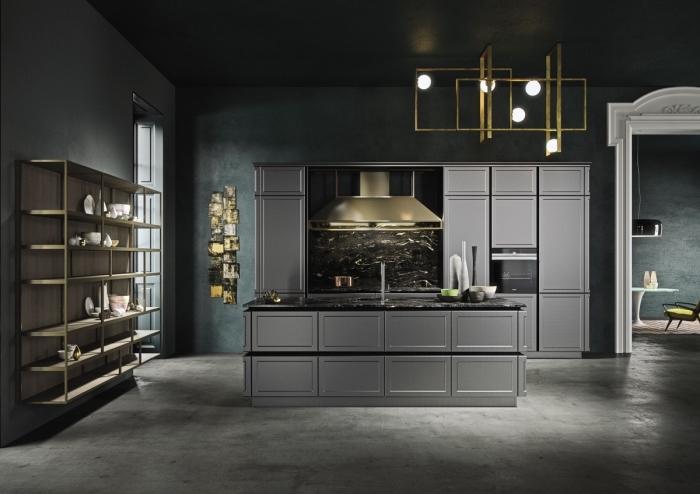 design intérieur tendance moderne en couleurs foncées, idée cuisine aux murs foncés avec meubles gris et crédence noire