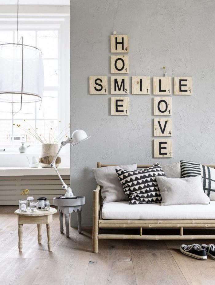 décoration murale inspirante de planches de bois à lettres en dessus du canapé en bambou, deco sejour de style hygge