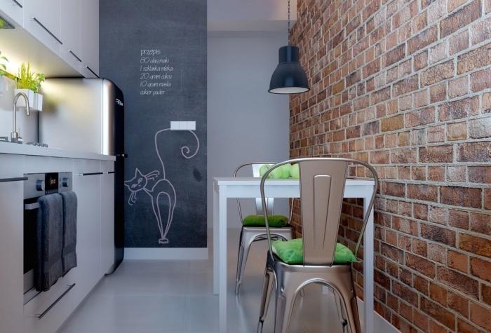astuce rangement petite cuisine, idée déco murale avec peinture ardoise, exemple papier peinte pour cuisine tendance à effet briques rouges
