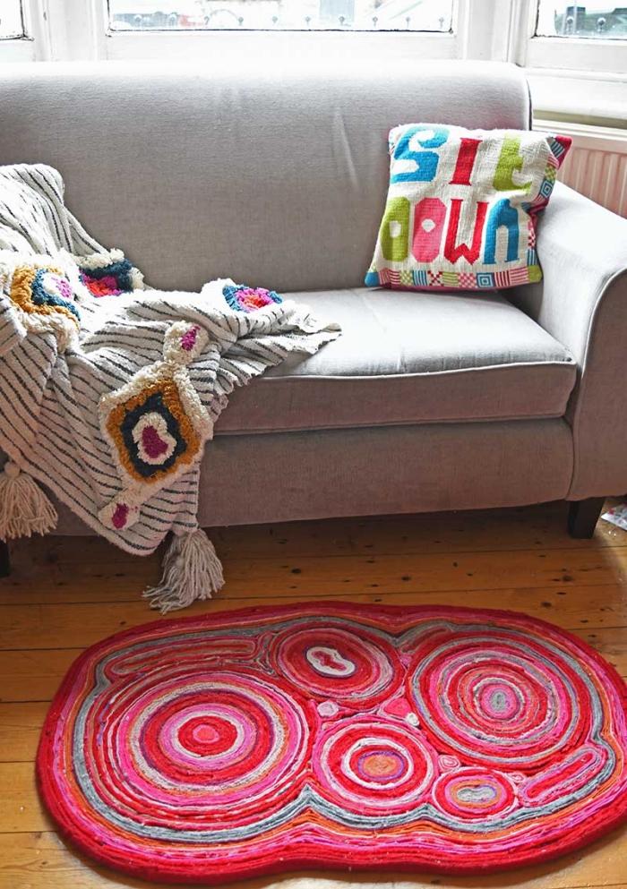 objets de décoration personnalisés à design bariolé, modèle de tapis facile à faire soi même avec bandes de tissu